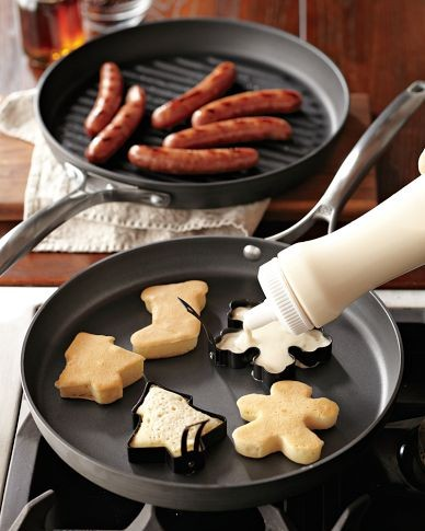 use cookie cutters to make pancakes…more Christmas breakfast ideas :) Super cu