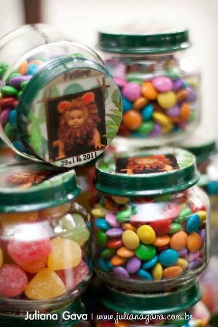 Fill baby food jars with candy and give them out at a first birthday party. Love