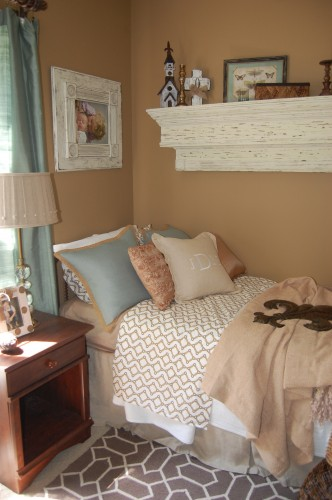 Great for small guest room. Love the mantle – I wish my dad had more of the blue