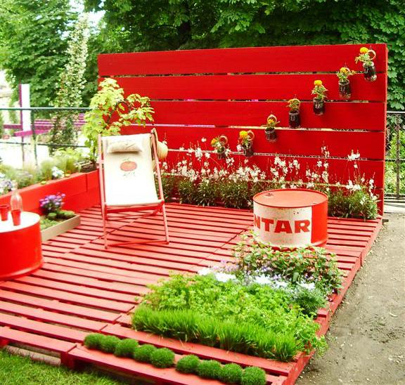 whoa … a pallet deck … with garden!