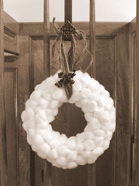 christmas winter Cotton Ball Wreath. So pretty and it looks like fluffy snow and