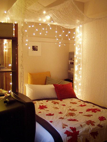 15 ways to hang Chrismas lights in a bedroom