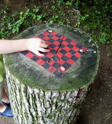 """""""Checkers board painted on a tree stump – ♥ this clever idea for crea"""