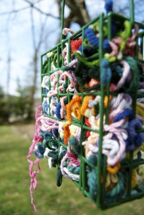4. Place scraps of yarn in a suet feeder and birds will use them to make their nests. -   32 Cheap And Easy Backyard Ideas