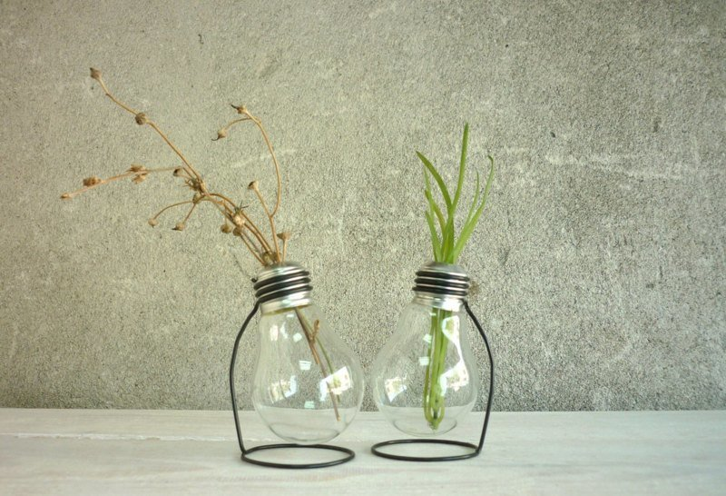 10. Of course, one of the simplest options, not requiring effort, is a vase decor, interesting, beautiful, with your own hands, an old light bulb, photo